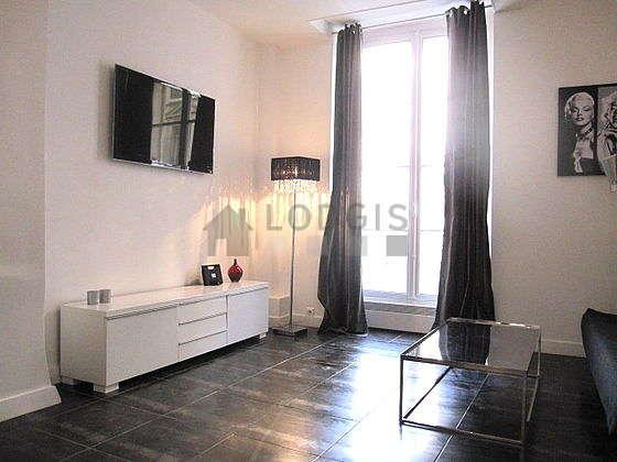 Séjour équipé de 1 canapé(s) lit(s) de 140cm, téléviseur, chaine hifi, placard