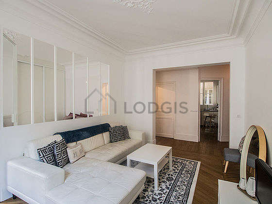 Living room of 18m² with wooden floor