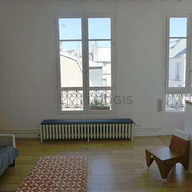 Beautiful, very quiet and very bright sitting room of an apartment in Paris