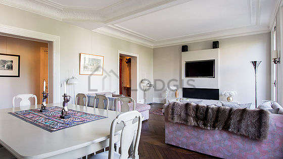 Large living room of 25m² with wooden floor