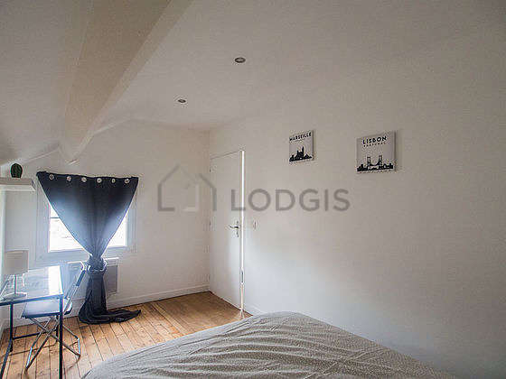Very bright bedroom equipped with desk, 1 chair(s)