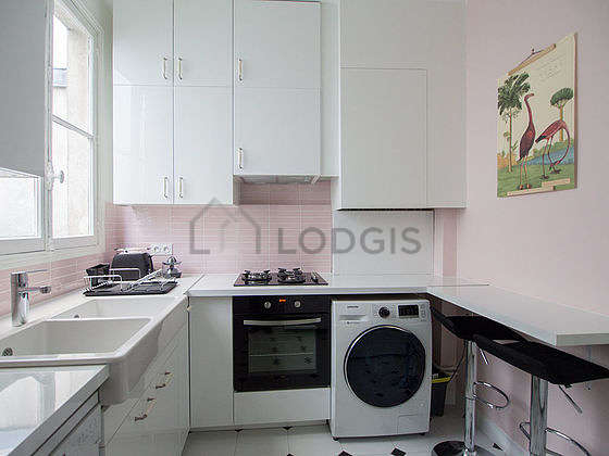 Kitchen of 8m² with tile floor