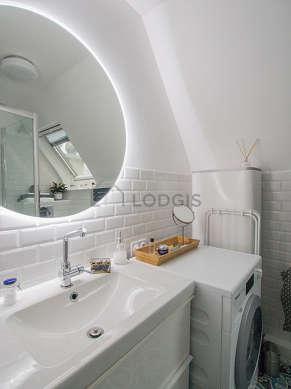 Salle de bain équipée de lave linge, etagère