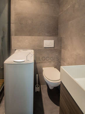 Pleasant and very bright bathroom with paving floor