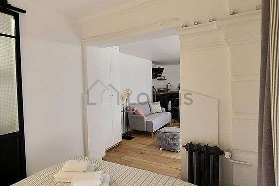Great, very quiet and bright sitting room of an apartment in Paris