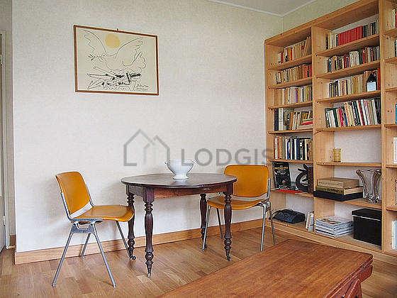 Séjour calme équipé de canapé, table basse, placard, 4 chaise(s)
