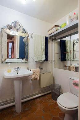 Belle salle de bain avec des tomettes au sol