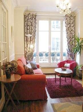 Séjour calme équipé de 1 canapé(s) lit(s) de 140cm, 1 fauteuil(s), 4 chaise(s)