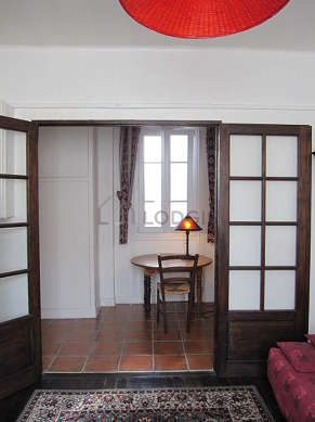 Séjour avec fenêtres double vitrage donnant sur cour