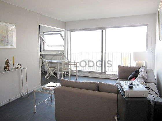 Séjour calme équipé de 1 canapé(s) lit(s) de 140cm, téléviseur, chaine hifi, 8 chaise(s)