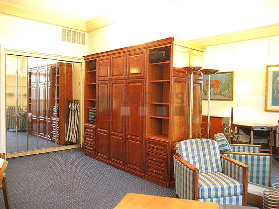 Séjour calme équipé de 1 lit(s) armoire de 140cm, chaine hifi, 2 fauteuil(s), 4 chaise(s)