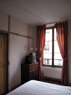 Chambre de 14m² avec des tomettes au sol