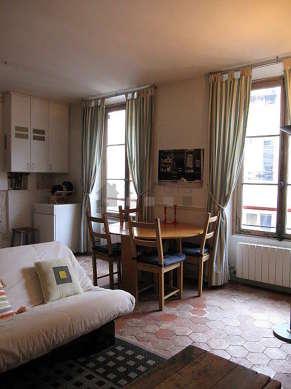 Séjour très calme équipé de 1 canapé(s) lit(s) de 120cm, table à manger, placard, 4 chaise(s)