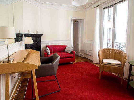 Séjour très calme équipé de téléviseur, chaine hifi, 2 fauteuil(s), 2 chaise(s)