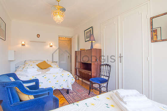 Very bright bedroom equipped with 1 armchair(s), 1 chair(s)