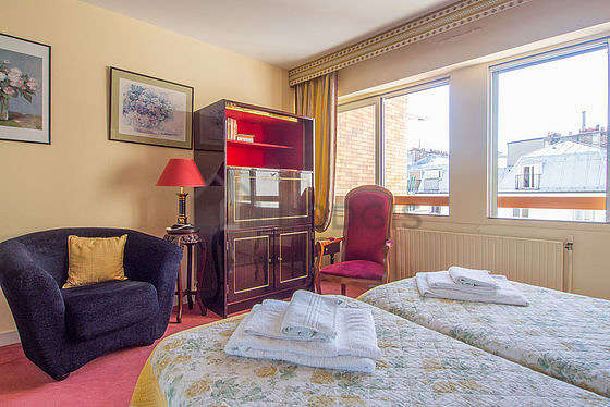 Very bright bedroom equipped with 2 armchair(s), bedside table