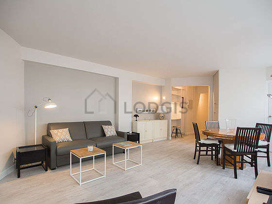 Large living room of 23m² with wooden floor