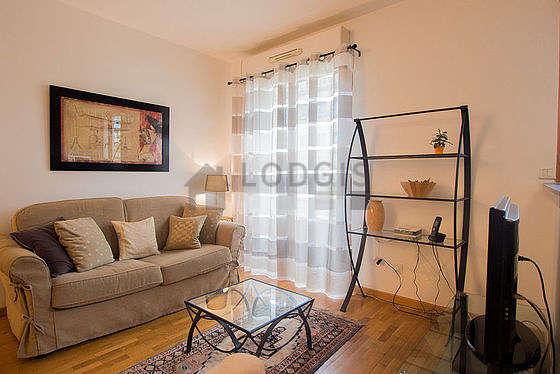 Séjour très calme équipé de 1 canapé(s) lit(s) de 140cm, téléviseur, lecteur de dvd, penderie