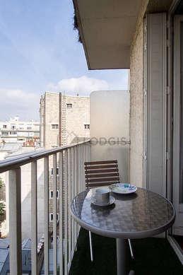 Terrasse très calme et lumineuse avec la moquette au sol