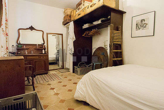 Chambre de 15m² avec du carrelage au sol