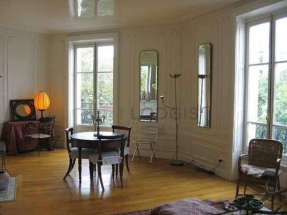 Large living room of 35m² with wooden floor