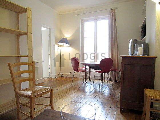 Séjour très calme équipé de 1 canapé(s) lit(s) de 140cm, téléviseur, placard, 6 chaise(s)