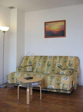 Grand salon de 21m² avec du parquet au sol