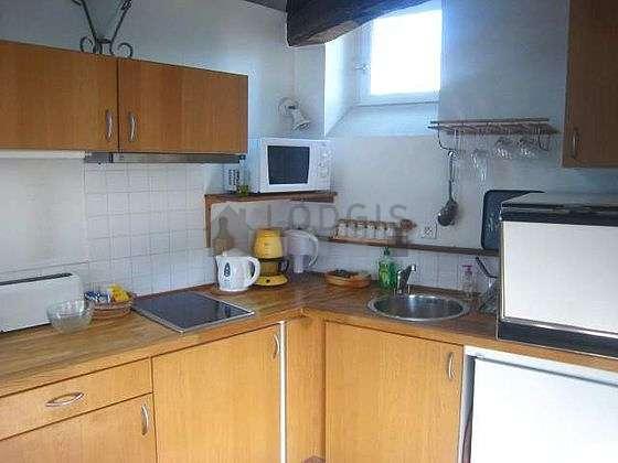 Cuisine équipée de lave vaisselle, plaques de cuisson, réfrigerateur, freezer