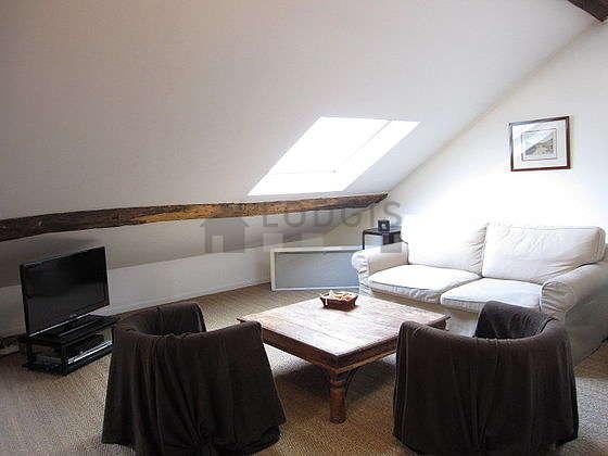Grand salon de 30m² avec du coco au sol