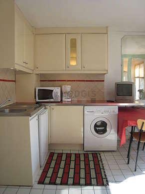 Cuisine dînatoire pour 4 personne(s) équipée de lave linge, réfrigerateur, freezer, vaisselle