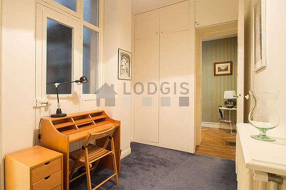 Bureau avec de la moquette au sol, équipé de bureau, penderie, 1 chaise(s)