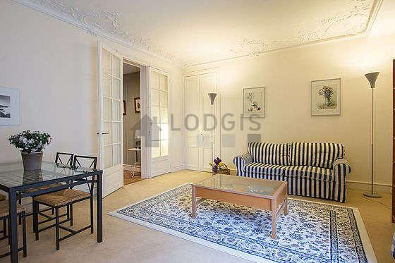Grand salon de 30m² avec la moquette au sol