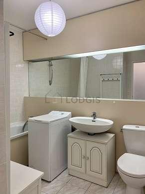 Belle salle de bain avec de la moquette au sol