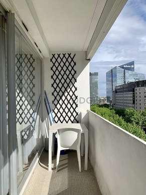 Terrasse très calme et très lumineuse avec du béton au sol