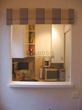 Belle cuisine de 3m²ouverte sur le séjour avec du carrelage au sol