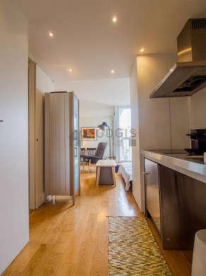 Belle cuisine de 10m² avec du parquet au sol