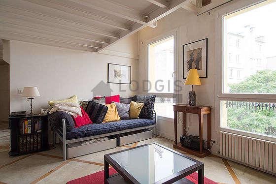 Séjour calme équipé de 1 lit(s) d'appoint de 90cm, téléviseur, 2 fauteuil(s), 4 chaise(s)