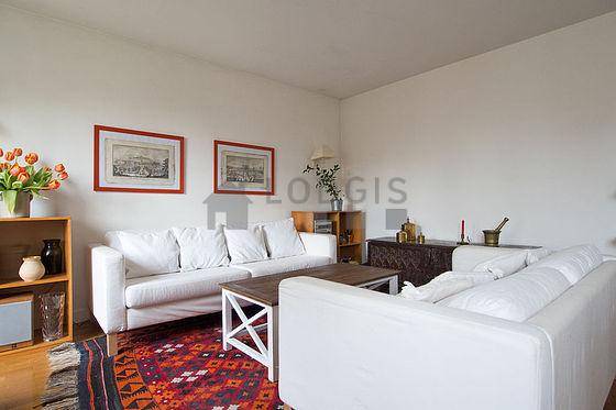 Grand salon de 22m² avec du parquet au sol