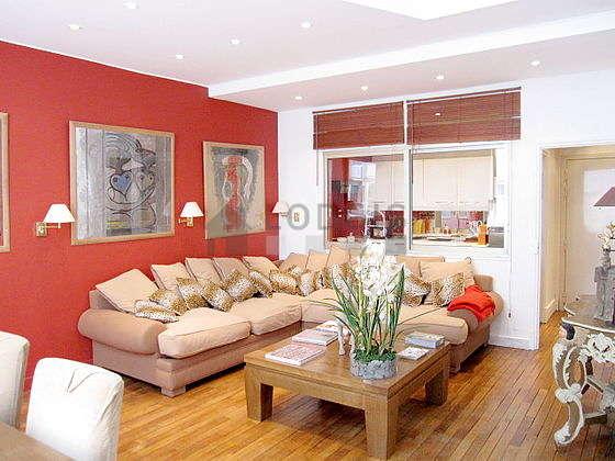 Grand salon de 50m² avec du parquet au sol