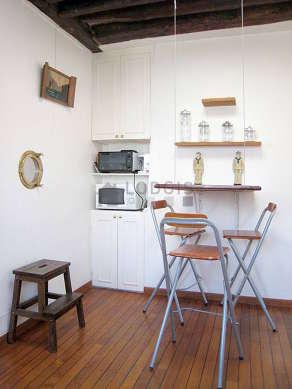 Cuisine dînatoire pour 3 personne(s) équipée de plaques de cuisson, réfrigerateur, freezer, vaisselle
