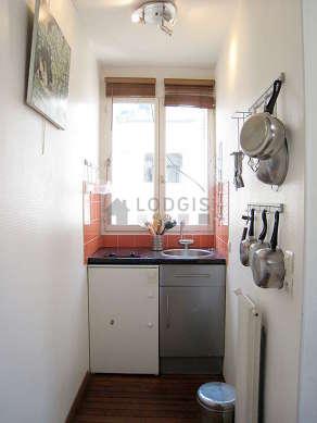 Cusine lumineuse avec fenêtres donnant sur cour