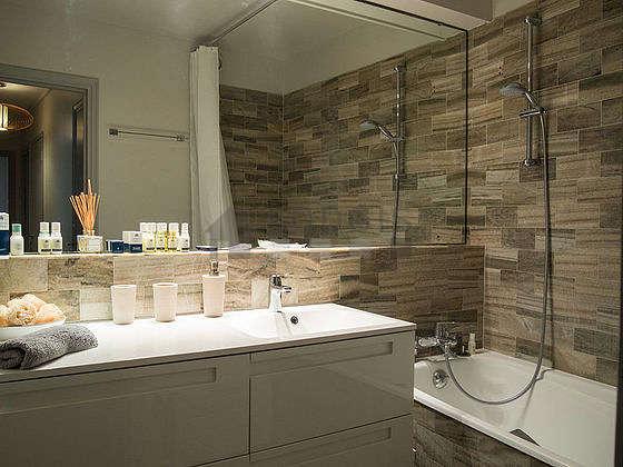 Agréable salle de bain avec du marbre au sol
