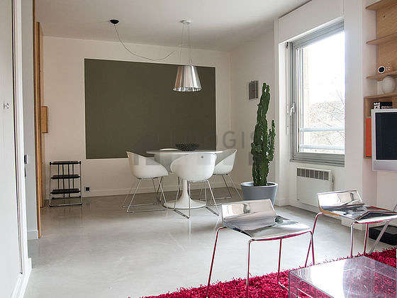 Large living room of 21m² with its concrete floor