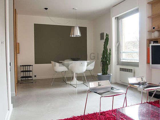 Grand salon de 21m² avec du béton au sol