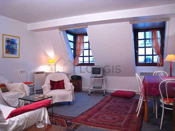 Grand salon de 20m² avec la moquette au sol