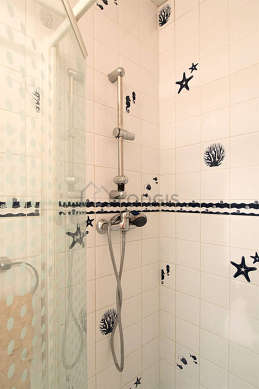 Bathroom with windows and with tile floor