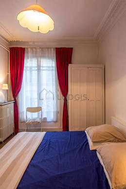 Bedroom of 13m² with wooden floor