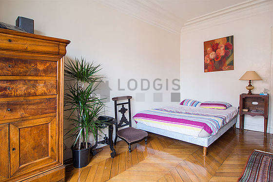 Bedroom of 16m² with wooden floor