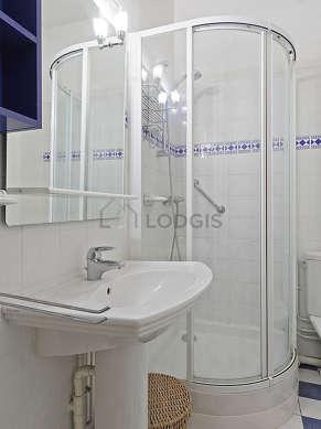 Salle de bain équipée de lave linge, placard
