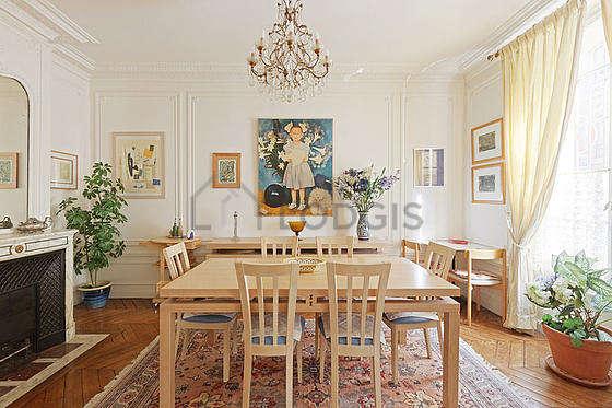 Salle à manger équipée de table à manger, buffet, cheminée